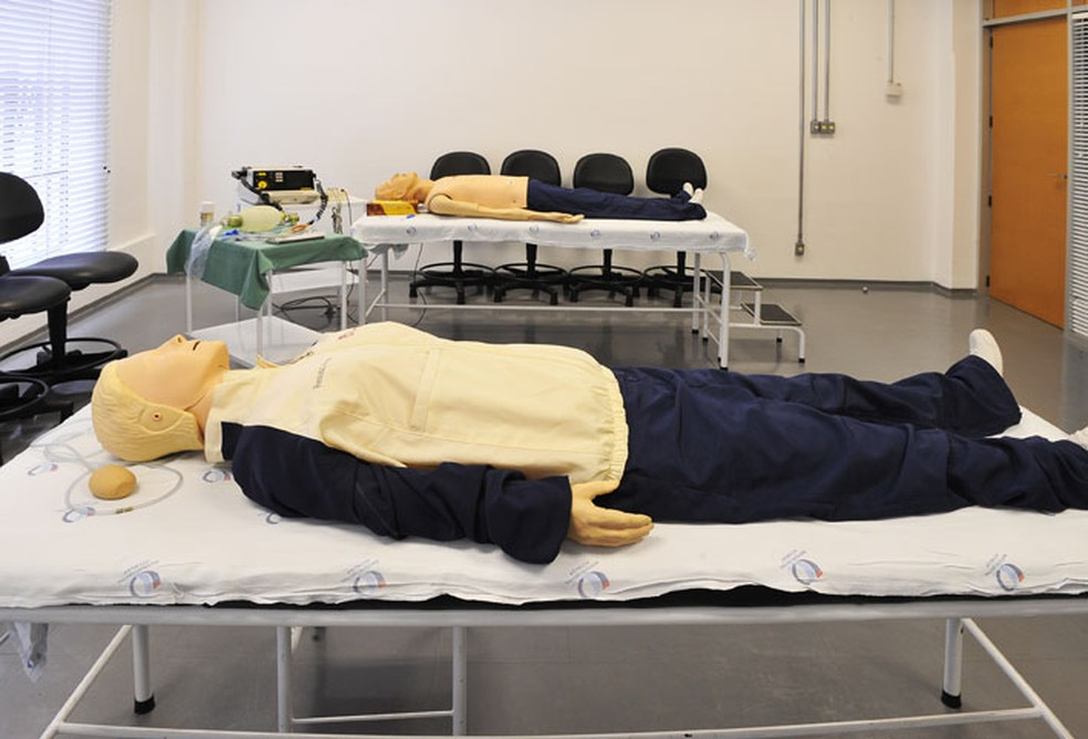 Na Faculdade de Medicina da USP, bonecos são usados em simulações pelos estudantes de graduação (Foto: Divulgação/FMUSP)