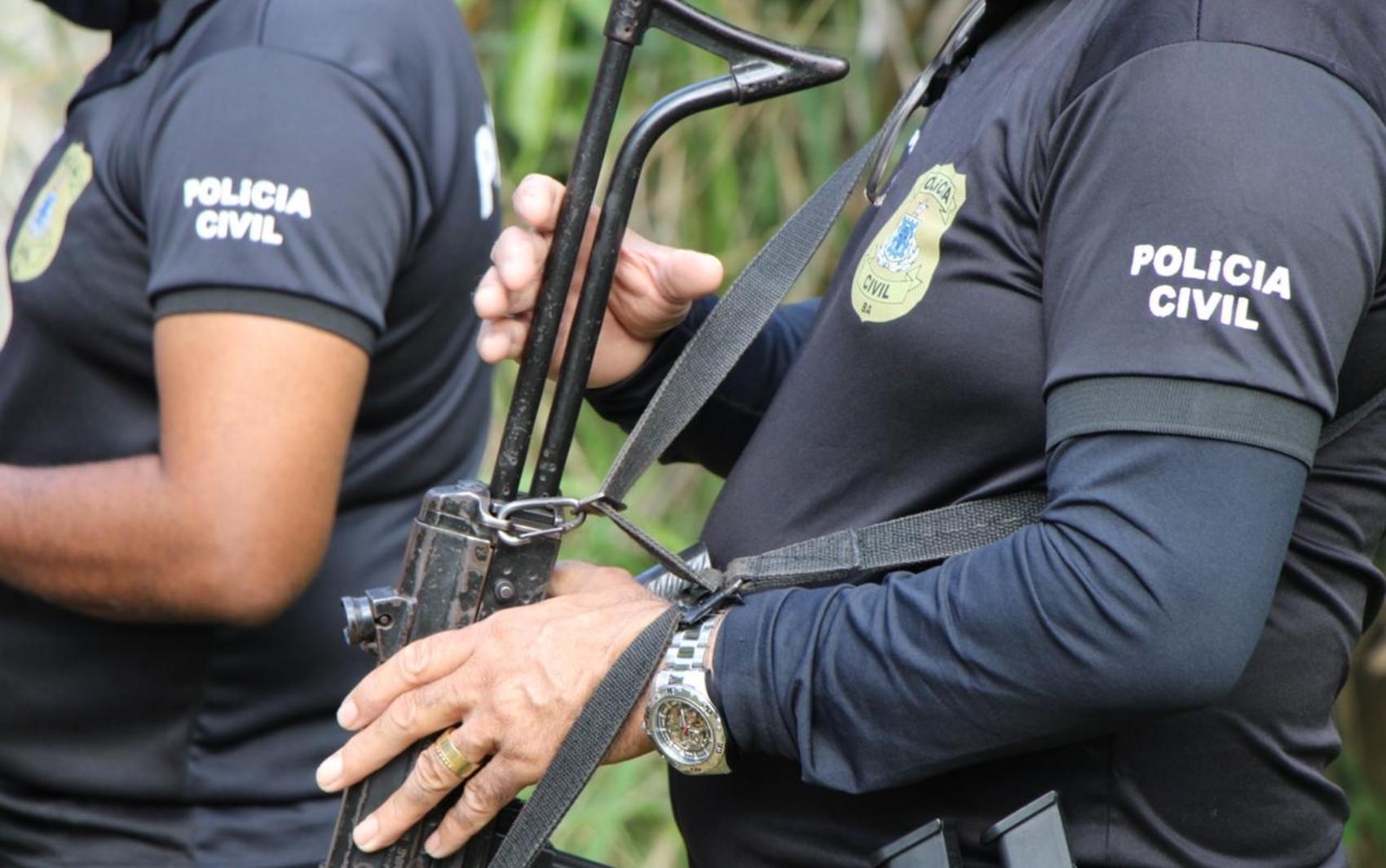 Mulher com mandado de prisão em aberto por roubo é presa durante enterro do pai em cidade da Bahia