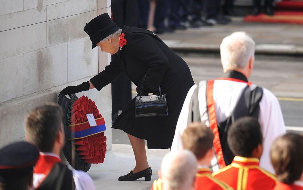 -  A rainha Elizabeth deposita uma coroa de flores no Cenotáfio de Whitehall durante a cerimônia do Domingo da Recordação, em 13 de novembro de 2016  Fo