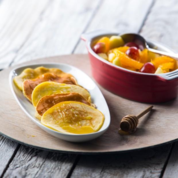 Panquecas com mel e azeite, acompanhada de salada de fruta (Foto: Divulgação )
