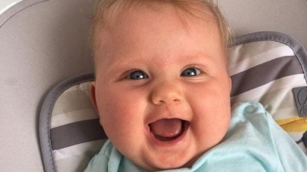 Depois de passar algumas semanas em uma UTI neonatal, Emilie foi para casa e está bem (Foto: RICHARD COX/Via BBC News Brasil)