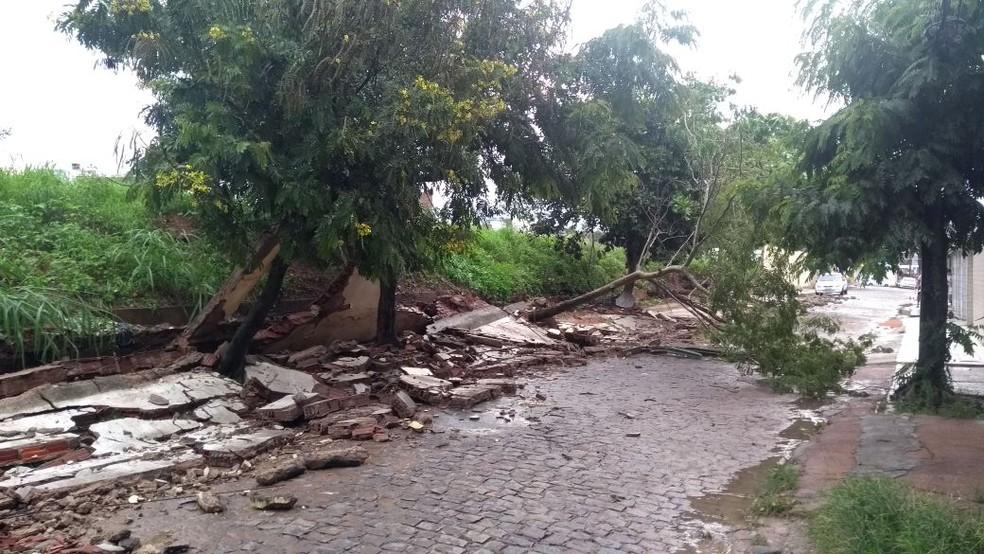Parte do muro de uma escola não resistiu à força da água em Caruaru (Foto: Eliaquim Oliveira/TV Asa Branca)