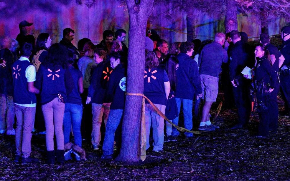Funcionários do Walmart esperam para prestarem depoimento à polícia local, após tiroteio dentro da loja no Colorado (Foto: Rick Wilking / Reuters)