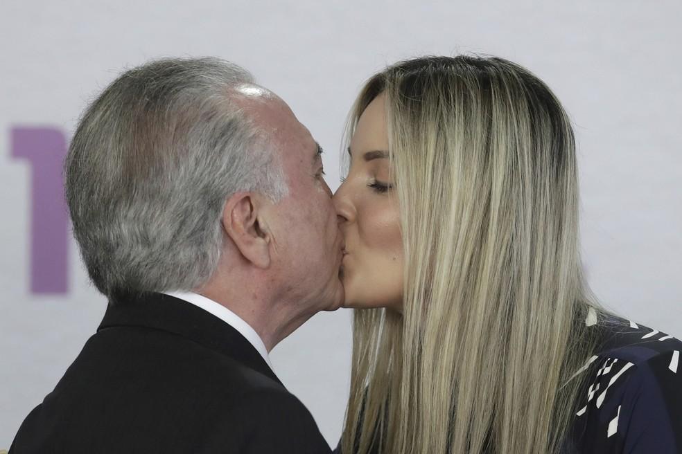 Michel Temer beija sua esposa, Marcela Temer, durante cerimônia de lançamento do Plano Nacional de Enfrentamento à Violência Doméstica contra a Mulher, no Palácio do Planalto, em Brasília — Foto: Eraldo Peres/AP