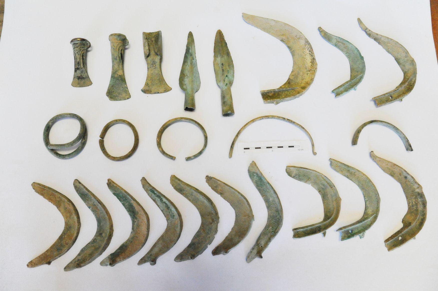 Objetos descobertos na República Tcheca pelo cachorro  (Foto: Divulgação)