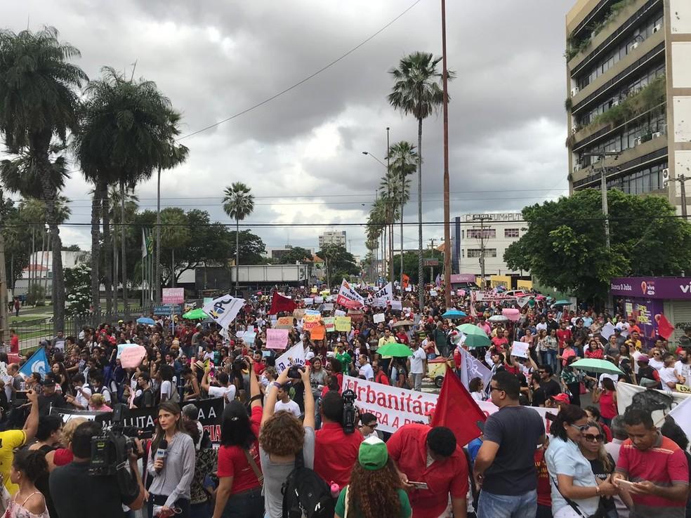 Manifestação contra bloqueios na educação em frente ao Palácio do Karnak, sede do governo do Piauí, em Teresina — Foto: Lorena Linhares/ G1 PI