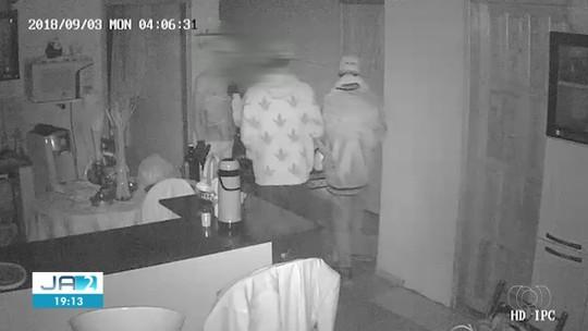 Vídeo mostra quadrilha derrubando porta com pontapés durante assalto em casa de pastor