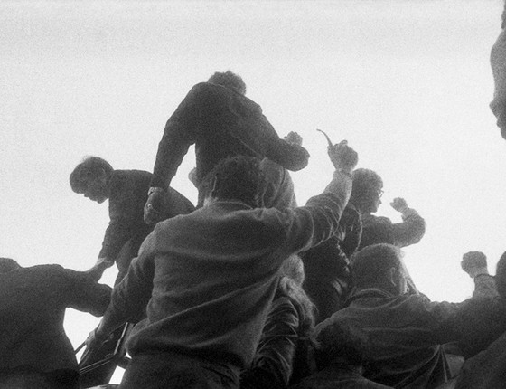 Estudantes protestam sobre a estátua do Leão de Belfort, na Praça Denfert-Rochereau (Foto: Philippe Gras)