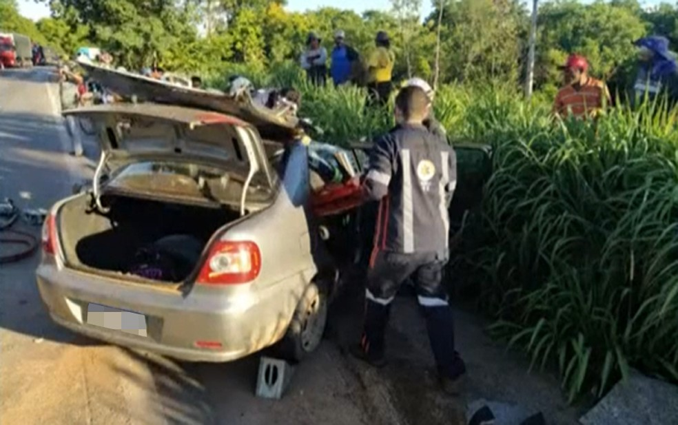 Mulher ficou presa às ferragens e foi resgatada pelos bombeiros e Samu — Foto: Reprodução/TV Bahia