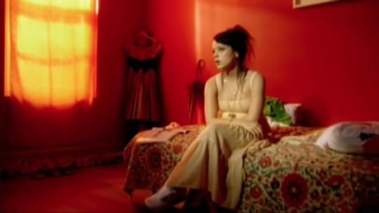 Lily Allen volta ao Brasil após dez anos no Cultura Inglesa Festival em SP neste domingo (9)