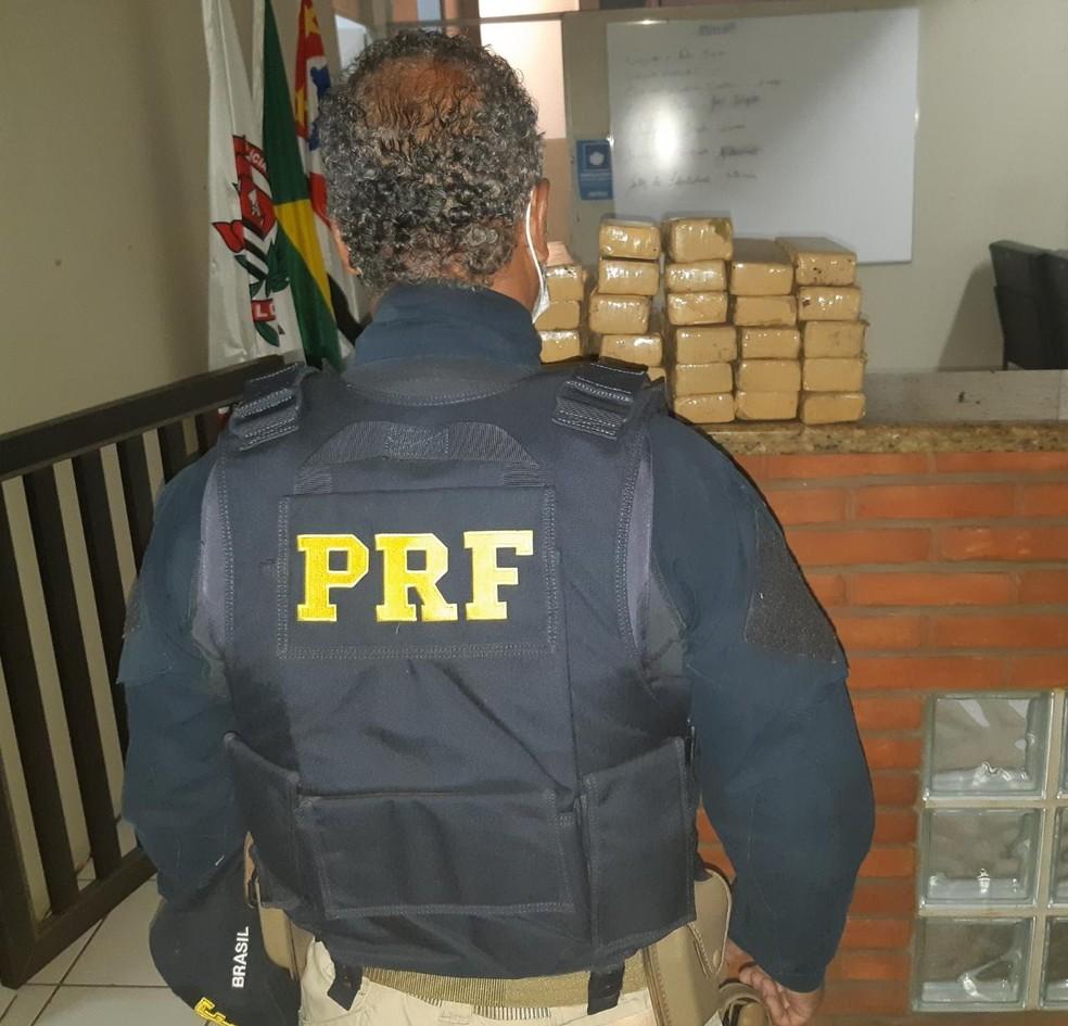 PRF apreende tabletes de maconha após motorista tentar fugir e bater carro — Foto: Divulgação/PRF