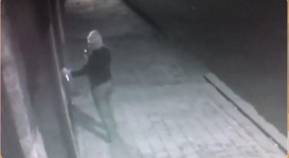 Pichação de moradora de Jaú foi flagrada por câmeras de segurança (Foto: Reprodução / TV TEM)