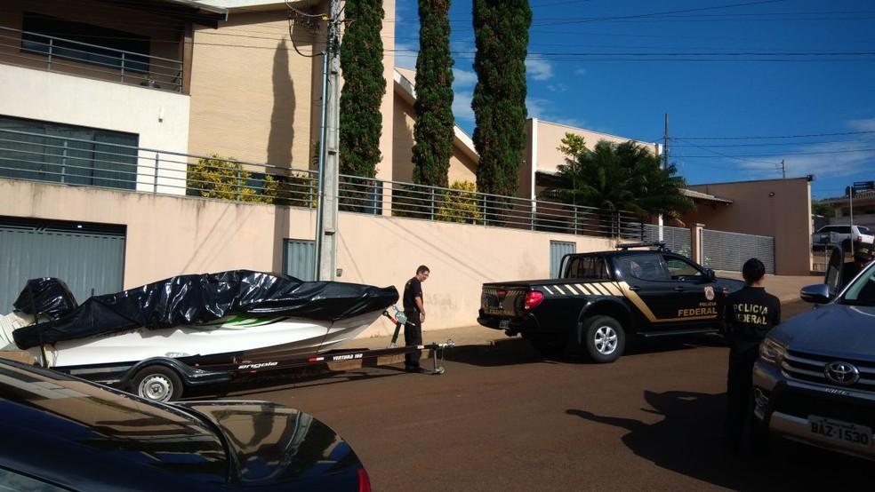 Um barco e um jet ski foram apreendidos durante a operação 14 bis (Foto: Victor Bittencourt/RPC)