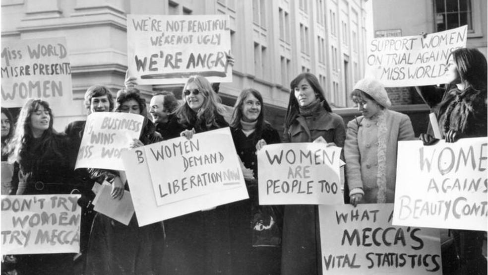 Grupo de manifestantes protesta contra concurso Miss Mundo nos Estados Unidos em dezembro de 1970 — Foto: W.Breeze/ Evening Standard/ Getty Images