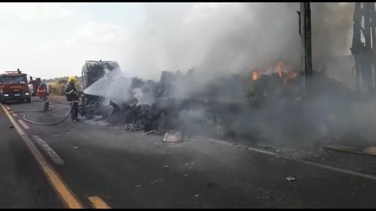 Vídeo mostra Corpo de Bombeiros durante combate a incêndio em carreta na BR-153 em Prata