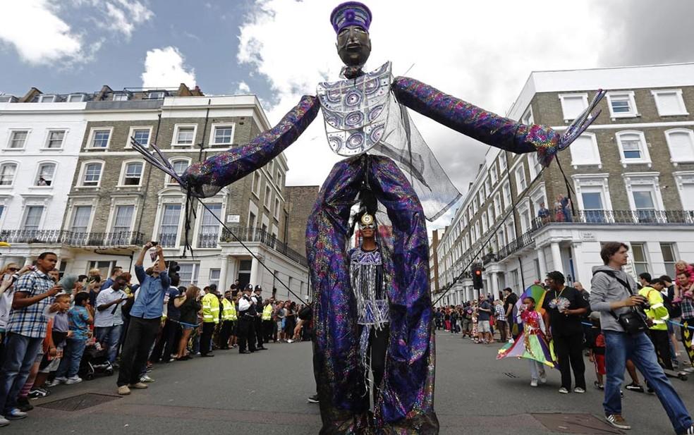 Los participantes en el tradicional Carnaval de Notting Hill llenan las calles de Londres.  El evento inspirado en la fiesta caribeña es el carnaval callejero más grande de Europa.  Las fiestas comenzaron el domingo (26) y terminan este lunes (27).  - Foto: Luke MacGregor / Reuters