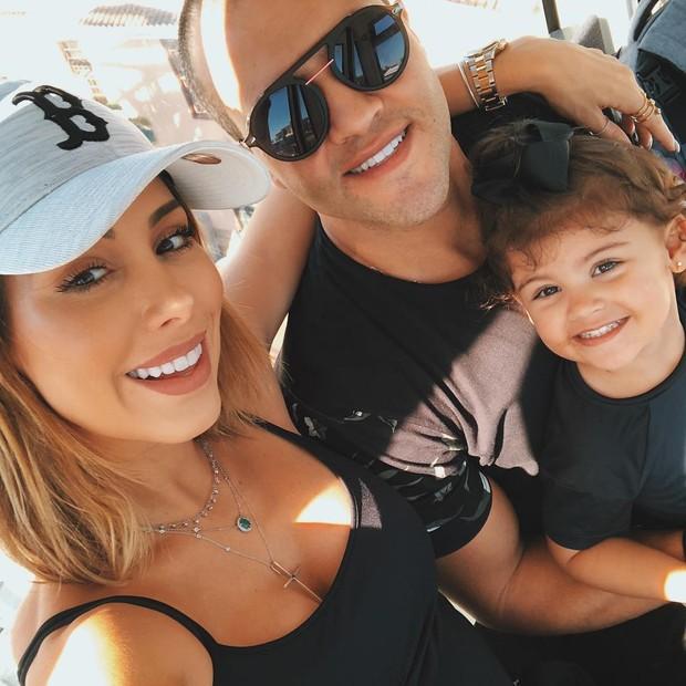 Bella, Ricardo e a filha do casal, Vicky (Foto: Reprodução/Instagram)