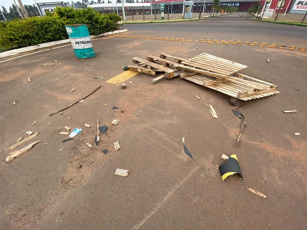 Barricadas foram destruídas na fronteira do Paraguai com o Brasil.  Foto: Martim Andrada/TV Morena