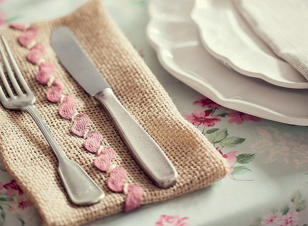 A sianinha rosa dá o toque romântico ao apoio de talher. Pratos e taças D. Filipa, guardanapo Roupa de Mesa (Foto: Elisa Correa/Editora Globo)
