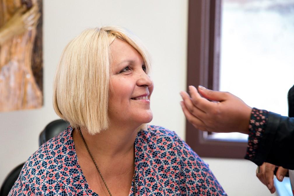 Valéria Brito pediu uma peruca como era o seu cabelo, loiro e curto (Foto: Marcelo Brandt/G1)