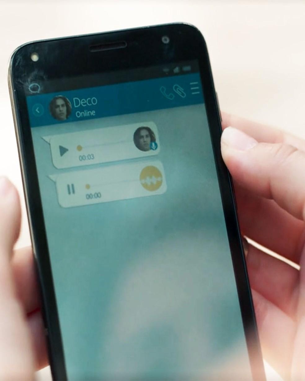 Deco (Pablo Morais) manda mensagem para Keyla (Gabriela Medvedovski) em 'Malhação - Viva a Diferença' — Foto: Globo