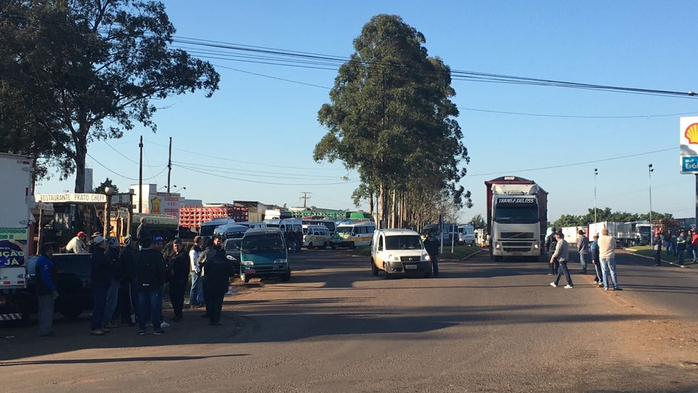 Caminhoneiros se reúnem no entrocamento entre a BR-285 e a ERS-342, em Ijuí (Foto: Lahis Welter/RBS TV)