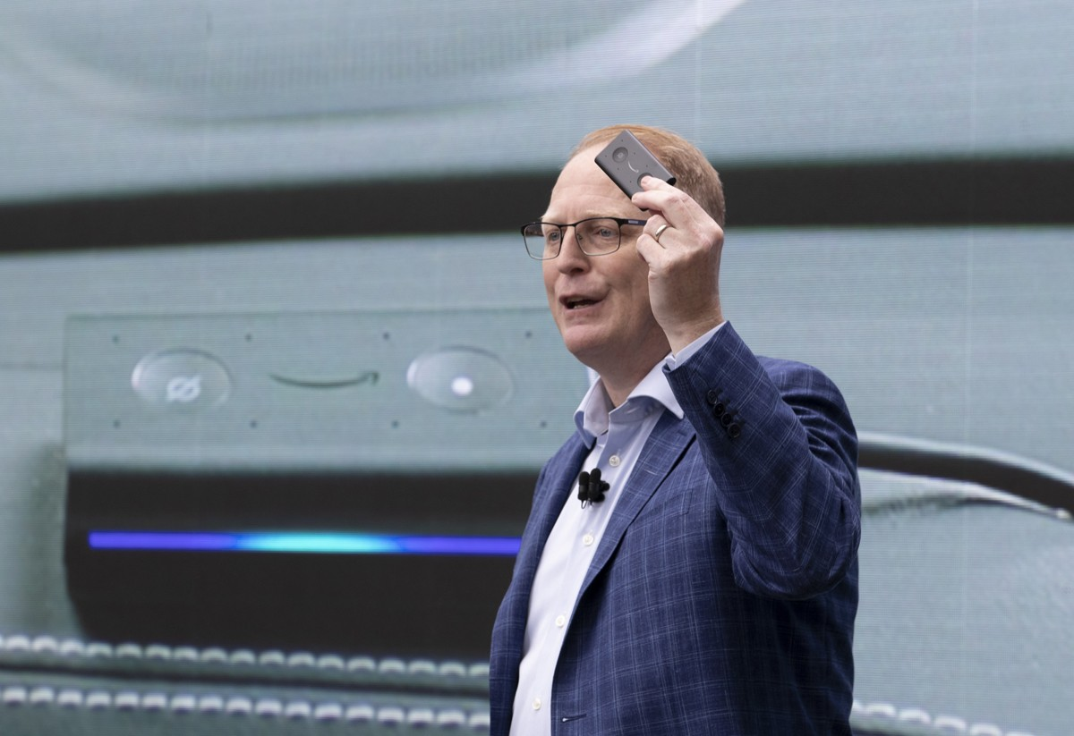 "SEATTLE, WA - SEPTEMBER 20: Dave Limp, Senior Vice President of Amazon Devices, introduces the ""Echo Auto,' which allows users to use Alexa in their car, during an event at the Amazon Spheres, on September 20, 2018 in Seattle Washington. Amazon launched m (Foto: Getty Images)"