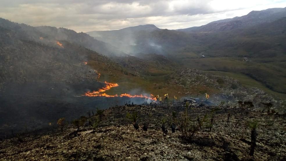 Incêndio interrompe atividades no Parque Nacional da Serra do Cipó — Foto: Reprodução/Corpo de Bombeiros