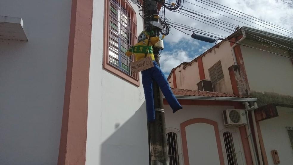 Boneco encontrado próximo à praça São Raimundo Nonato — Foto: Jonathan Coimbra/TV Tapajós