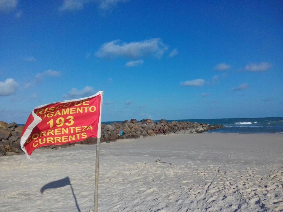 Na praia de Areia Preta existe uma bandeira, fixada pelo Corpo de Bombeiros, que alerta para a força das correntezas e o risco de afogamento na região — Foto: Julianne Barreto/Inter TV Cabugi