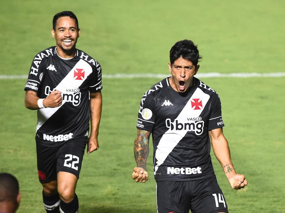 Pikachu e Cano comemoram gol do Vasco — Foto: André Durão