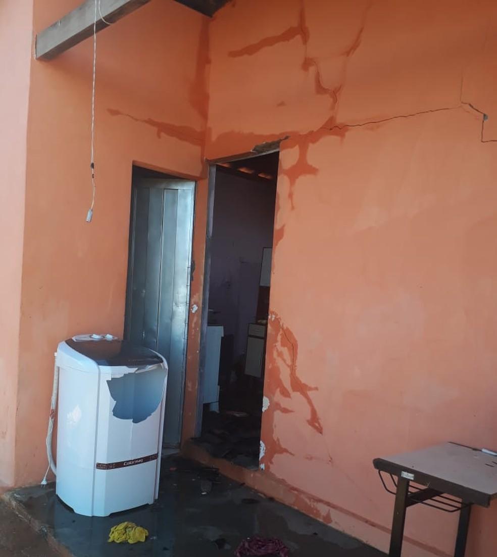 Casa ficou rachada após ter sido incendiada (Foto: Divulgação/ 2ª CIPM)