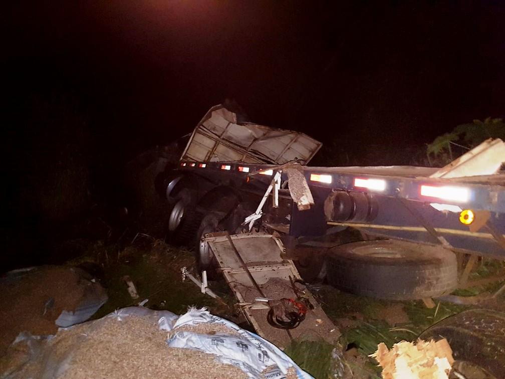-  Carreta ficou tombada às margens da rodovia próximo a Araguari  Foto: Corpo de Bombeiros/Divulgação