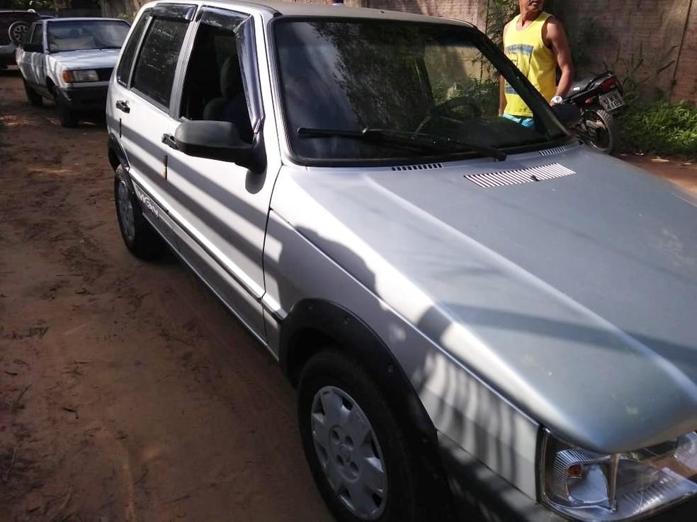 Vítima foi morta dentro de um Fiat Uno. O veículo foi interceptado por um outro veículo na vila da praia da Pipa — Foto: PM/Divulgação