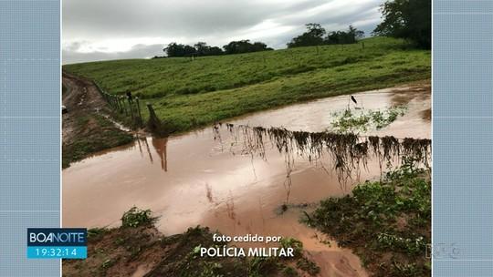 Bombeiros buscam por três irmãos que desapareceram após carro cair em riacho no Paraná