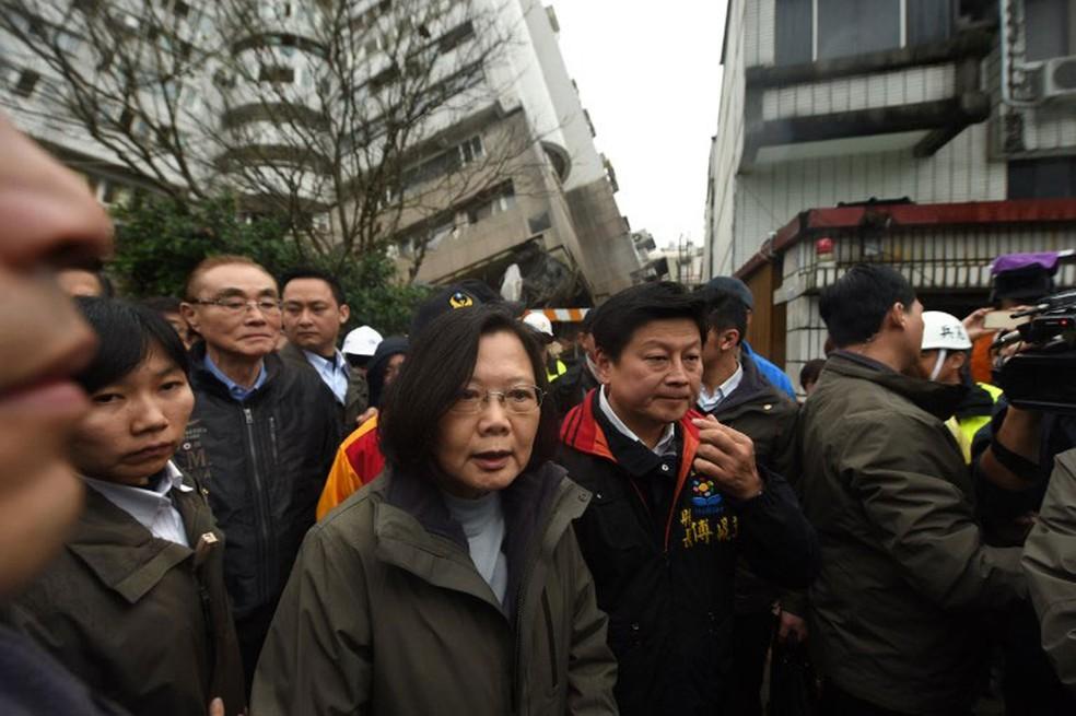 A presidente de Taiwam, Tsai Ing-wen, visitou nesta quinta-feira (8) as operações de resgate no prédio Yun Tsui, que ficou seriamente danificado após o tremor que atingiu a cidade Hua-lien (Foto: Anthony Wallace / AFP )
