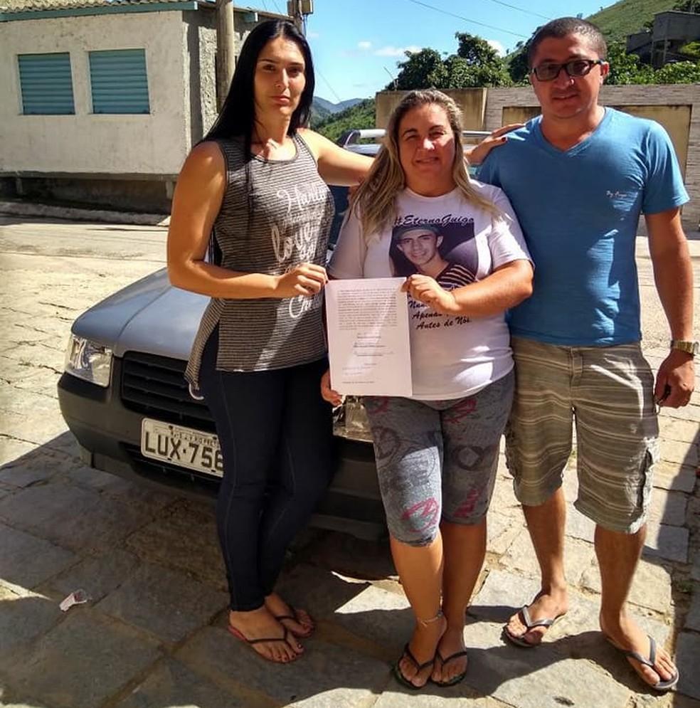 Isabel Soares ganhou o carro em uma rifa e no mesmo instante o devolveu aos pais do Akonn (Foto: Jéssica Verdugo | Arquivo Pessoal)