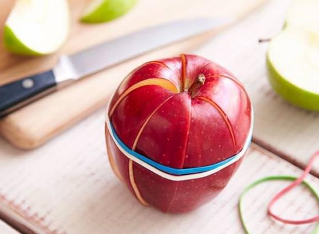 Prender as fatias da maçã faz com que os pedaços não fiquem escuros (Foto: Ethan Calabrese/ Reprodução)