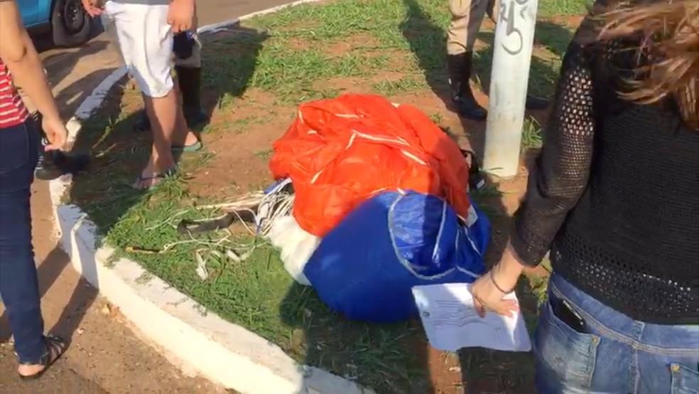 Paraquedista caiu em cruzamento e foi atropelado (Foto: Graziela Rezende/G1 MS)