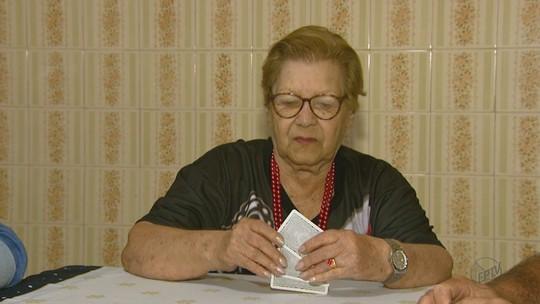 Aposentada de 80 anos de Américo Brasiliense coleciona troféus jogando truco: 'É difícil eu perder'