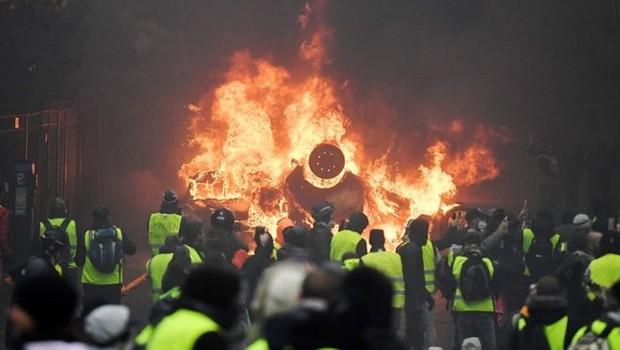 Manifestantes colocaram fogo em carros e edifícios em Paris (Foto: AFP/GETTY IMAGES via BBC)