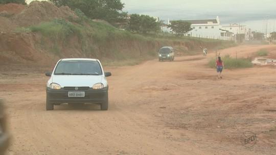 Obra inacabada de via sem asfalto gera poeira e incomoda moradores em São João da Boa Vista, SP