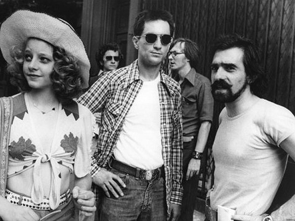 Jodie Foster, Robert De Niro e Martin Scorsese, durante as filmagens de 'Taxi driver' em NY — Foto: AFP