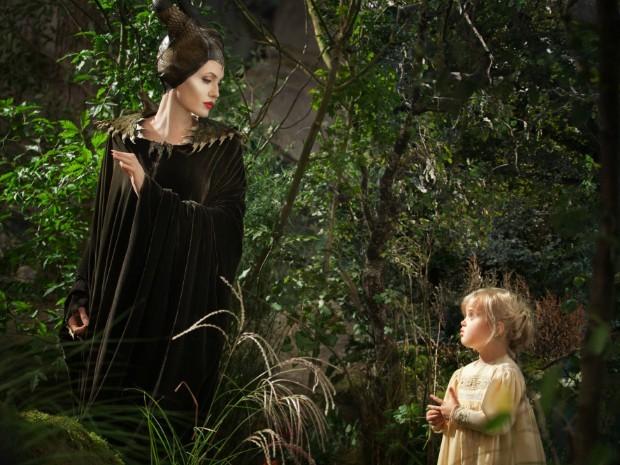 Angelina Jolie e a filha Vivienne em Malévola (2014) (Foto: Dilvulgação)