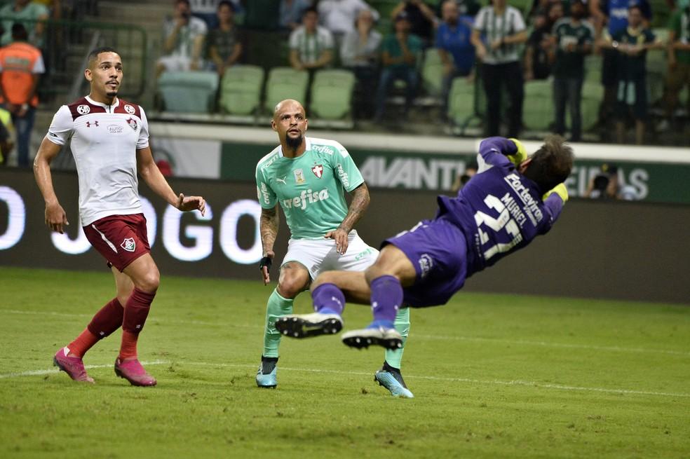 Muriel em ação impedindo gol do Palmeiras contra o Fluminense — Foto: Marcos Ribolli