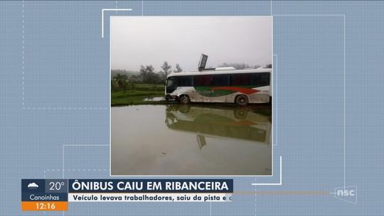 Ônibus com trabalhadores sai da pista e cai em ribanceira no Sul de SC