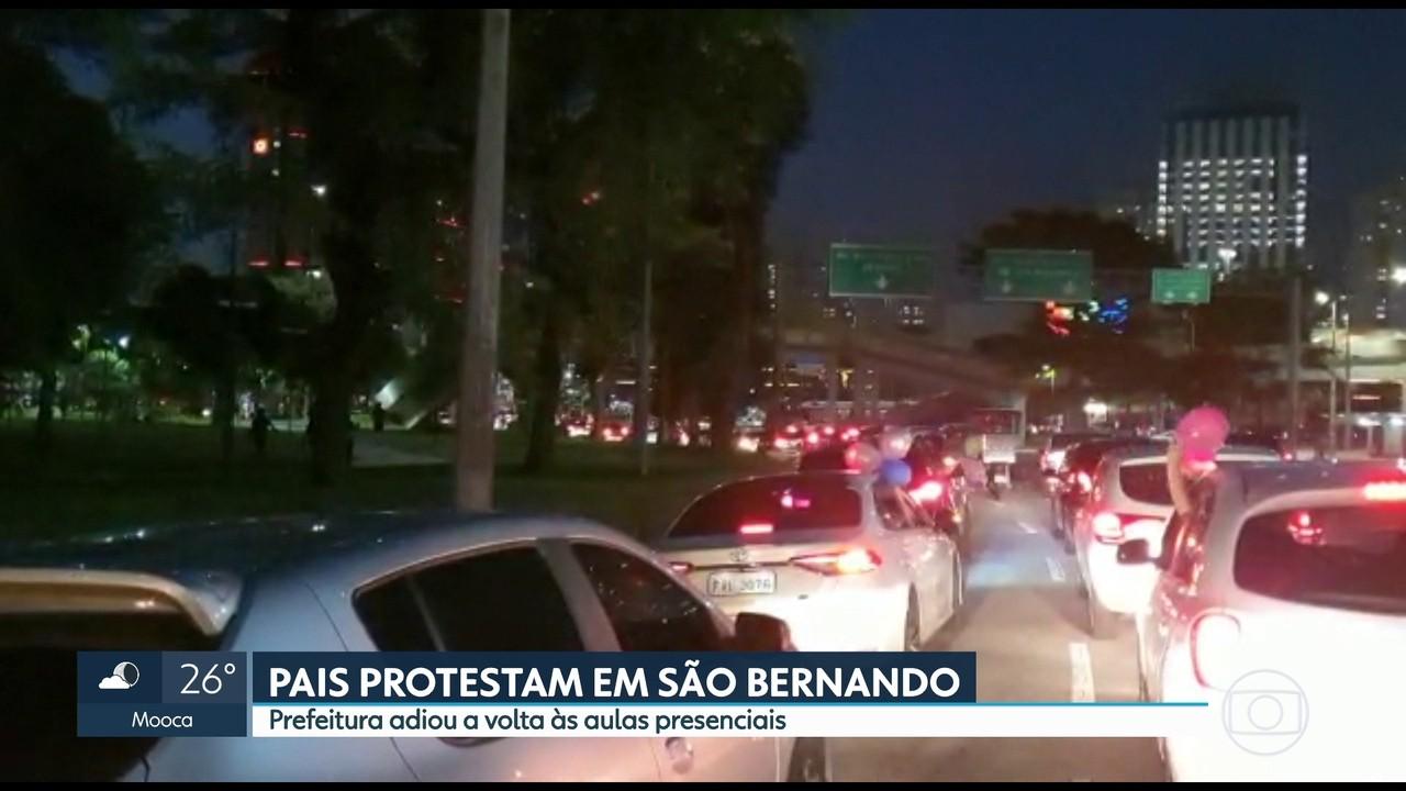 Pais protestam em São Bernardo do Campo contra a suspensão de aulas presenciais