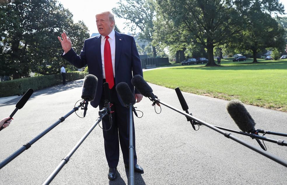 Em imagem de arquivo, Donald Trump fala a repórteres sobre possível indicação de Eduardo Bolsonaro — Foto: Leah Millis/Reuters