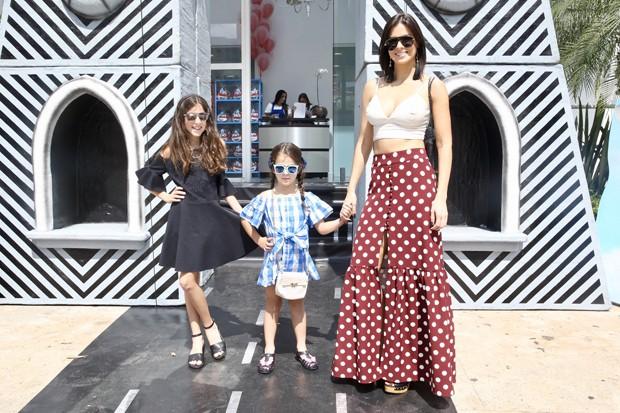 Vera Viel, mulher de Rodrigo Faro, com as filhas (Foto: Manuela Scarpa / BrazilNews)