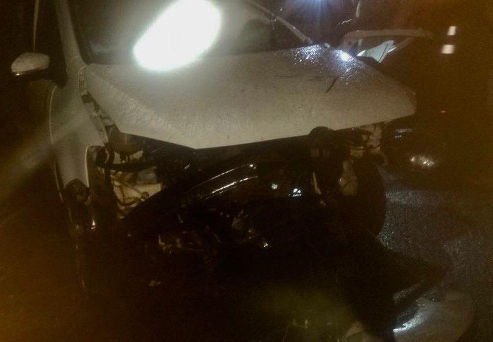 Veículo ficou com a frente completamente destruída pelo impacto (Foto: J. Serafim)